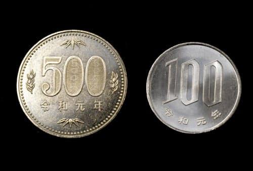 報道陣に公開された「令和」の元号が入った貨幣(11日、大阪市北区の造幣局)=目良友樹撮影