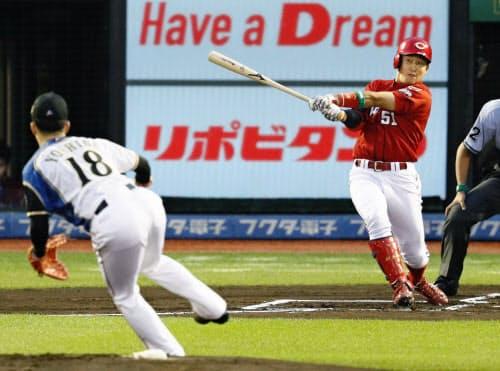 1回全ウ無死、小園が右越えに先頭打者本塁打を放つ。投手吉田輝(11日、楽天生命パーク)=共同