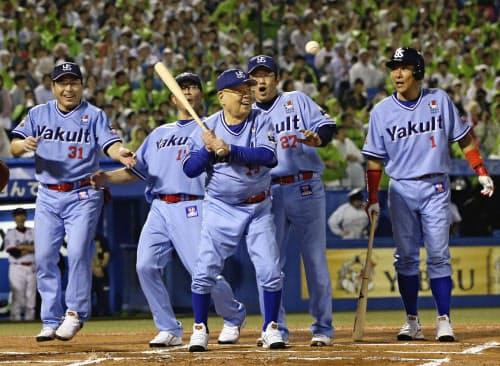 ヤクルトOB戦の4回、打席に立つ野村克也氏(中央)と(左から)真中、川崎、古田、池山の各氏(11日、神宮)=共同