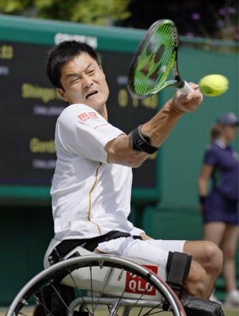 車いすの部男子シングルスの初戦でプレーする国枝慎吾(11日、ウィンブルドン)=共同