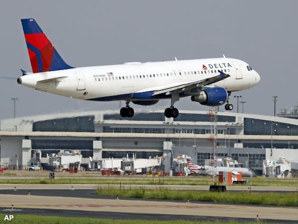 デルタ航空は通期の業績見通しを上方修正した=AP
