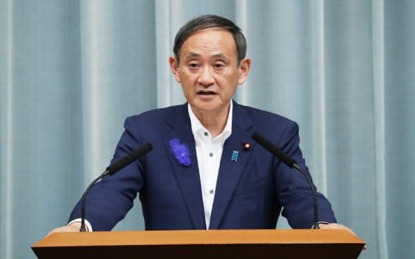 首相談話を発表する菅官房長官(12日、首相官邸)