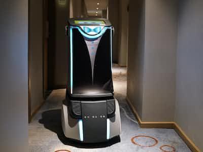 楽易住の無人ホテルでは宿泊客がオーダーした商品をロボットが客室まで運ぶ(中国・深圳)