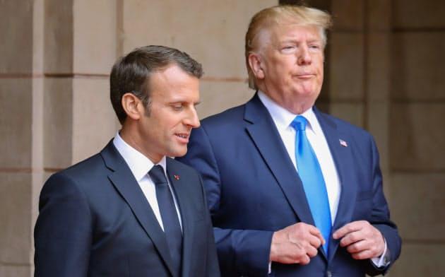 フランスのデジタル税導入で貿易摩擦の暗雲がたちこめてきたマクロン仏大統領(左)とトランプ米大統領=ロイター