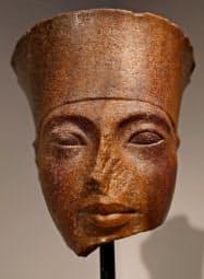 古代エジプトのツタンカーメン王の頭像(4日、ロンドン)=ロイター共同