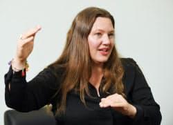 アンナ・ロスリング・ロンランド スウェーデン・ファールン生まれ。統計情報から世界を理解することを目的とするギャップマインダーの共同創立者。専門は社会学や写真。