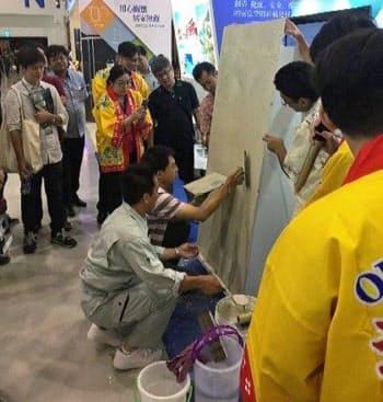 台湾で開催された国際商談会では琉海美粉の施工を実演(高雄市)