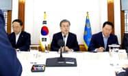日本の輸出規制強化を巡る会議に出席した文在寅大統領(10日、韓国大統領府)=聯合・共同