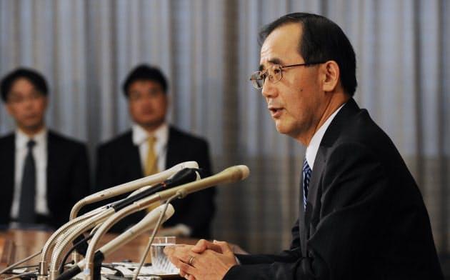 記者会見する白川総裁(2009年1月)
