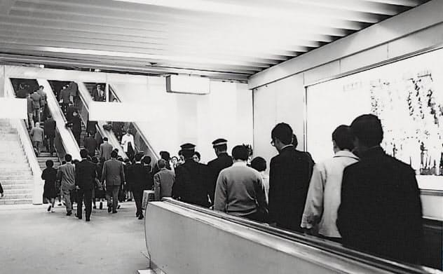梅田に日本初の動く歩道ができた(1967年当時の阪急梅田駅)