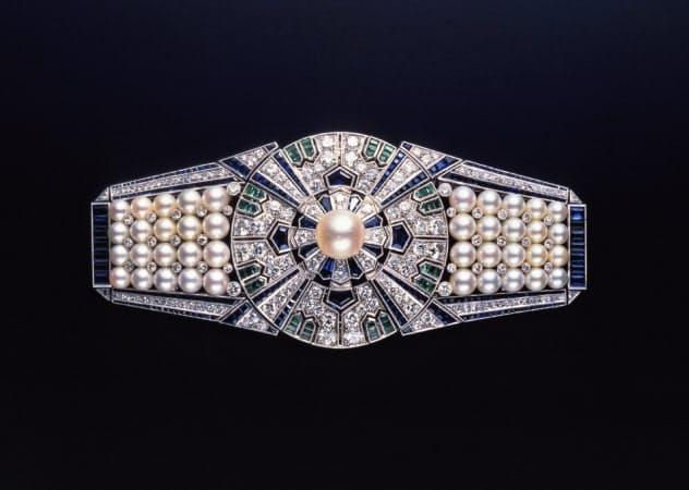 1937年に流行した直線的なデザインを球体の真珠で表現した
