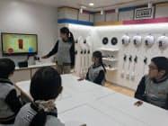 ニンテンドースイッチのコントローラーを使った遊びを考える(12日、兵庫県西宮市)