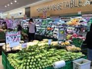 コープさっぽろが12日開店した新店は開店直後から多くの客でにぎわった(12日、北海道知内町)