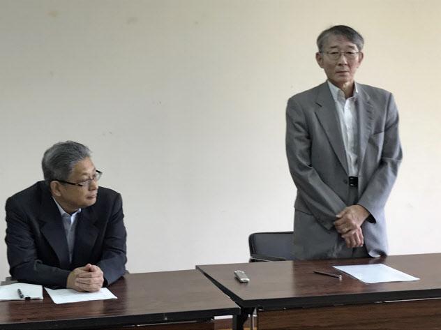志願者数は定員割れが続いていた(12日、記者会見する斉藤学長(右)ら=稚内市内)
