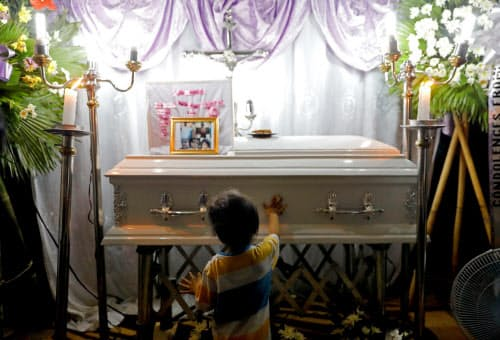 フィリピン警察の薬物捜査で犠牲になった女児の眠るひつぎ(5日、北部リザール州)=ロイター