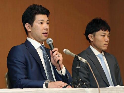 日本プロ野球選手会の臨時大会を終え、記者会見する炭谷銀仁朗会長(左)と大島洋平理事長(12日、東京都内のホテル)=共同