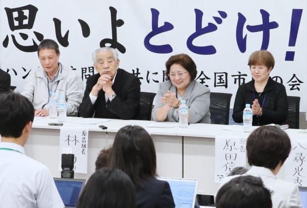 ハンセン病家族訴訟の首相談話と政府声明を受け、記者会見する林力団長(左から2人目)ら原告側(12日、衆院第2議員会館)