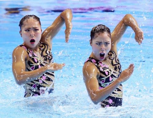 デュエット・テクニカルルーティン予選で演技する乾(右)、吉田組(12日、光州)=共同