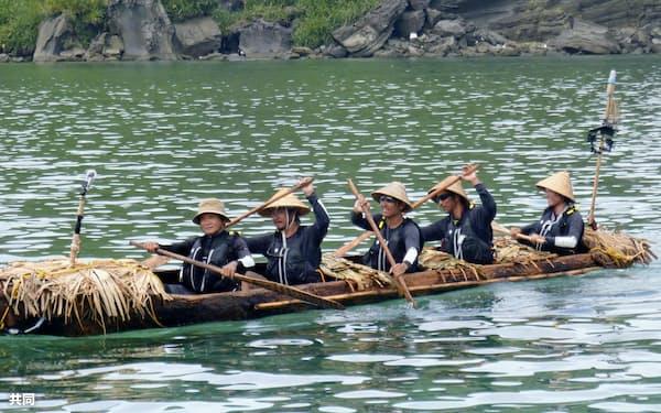 9日、台湾から沖縄県・与那国島に到着した国立科学博物館チームの丸木舟=共同