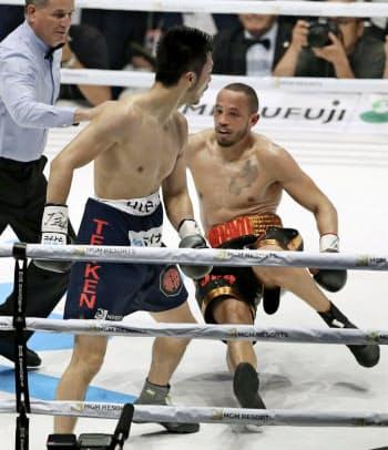 2回、ロブ・ブラント(右)からダウンを奪う村田諒太(12日、エディオンアリーナ大阪)=共同