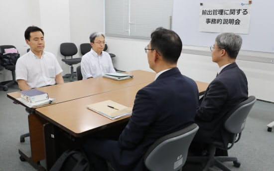 輸出規制について韓国側(手前)への事務的説明に臨む経産省担当者(12日、経産省)