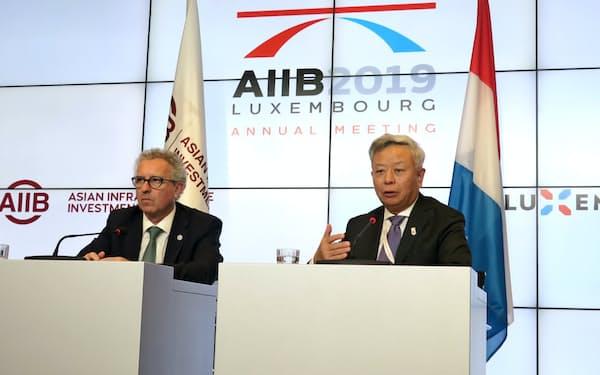記者会見するアジアインフラ投資銀行(AIIB)の金立群総裁(右)=12日、ルクセンブルク