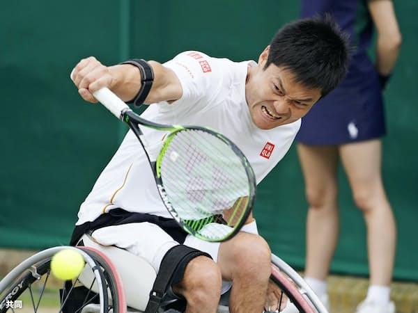車いすの部男子シングルス準決勝でプレーする国枝慎吾。決勝進出を決めた(12日、ウィンブルドン)=共同