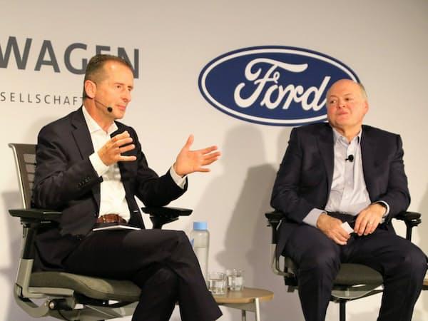 提携拡大について記者会見するVWのディース社長(左)とフォードのハケットCEO(12日、米ニューヨーク)