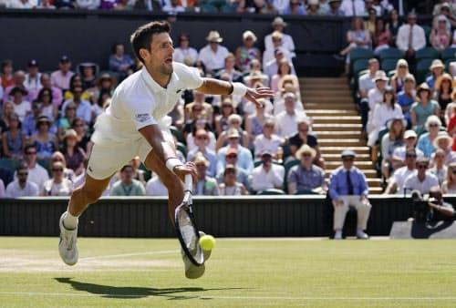 男子シングルス準決勝で、ロベルト・バウティスタを下したノバク・ジョコビッチ(12日、ウィンブルドン)=共同