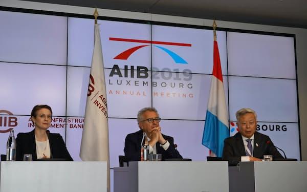 会見で記者からの質問を受けるアジア投資銀の金総裁(右、ルクセンブルクで)