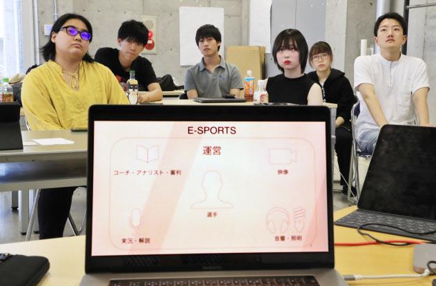 eスポーツの産業構造などを学ぶ大学生(京都市左京区の京都造形芸術大)