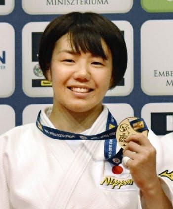 女子52キロ級で優勝し、金メダルを手にする前田千島(12日、ブダペスト)=共同
