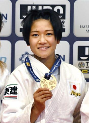女子48キロ級で優勝し、金メダルを手にする渡名喜風南(12日、ブダペスト)=共同