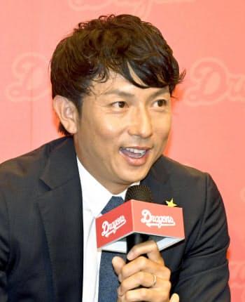 13日、台北市で記者会見する川崎宗則氏=共同