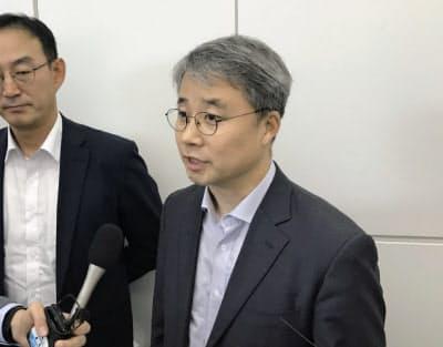 帰国前に記者団の取材に応じる韓国政府当局者(13日、羽田空港)