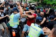 デモ終了後、一部の参加者と警官隊が衝突した(13日、香港)=ロイター