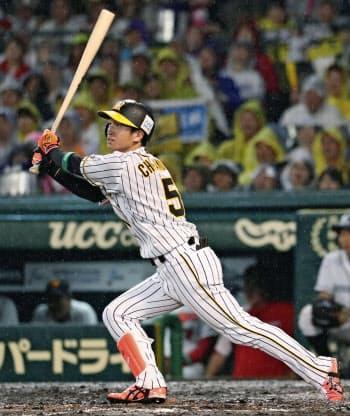 7回全セ2死一塁、近本が左越えに適時三塁打を放ち、サイクル安打を達成(13日、甲子園)=共同
