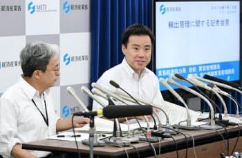 12日に行われた日韓事務レベル会合について記者会見する経産省の担当者(13日、経産省)