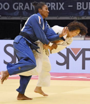 女子63キロ級決勝 ケトレン・カドロス(左)を攻める土井雅子(13日、ブダペスト)=共同