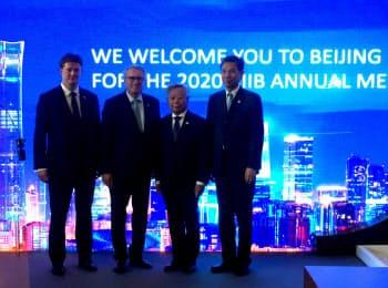 アジア投資銀の金立群総裁(右から2番目)は2020年の年次総会を北京で開くと発表した(13日、ルクセンブルク)