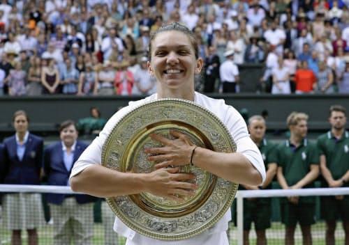 ルーマニア勢としてシングルスを初制覇したシモナ・ハレプ選手(13日、ウインブルドン)=AP