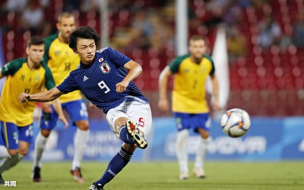 男子サッカー決勝 日本―ブラジル 後半、先制のPKを決める上田(13日、サレルノ)=共同
