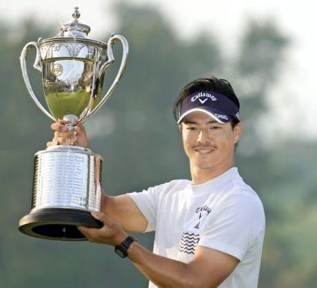 日本プロゴルフ選手権で石川は3年ぶりツアー15勝目をあげた=共同