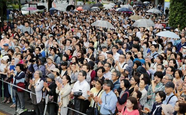 街頭演説に耳を傾ける有権者ら。画像の一部をモザイク加工しています(14日午後、東京都品川区)=共同