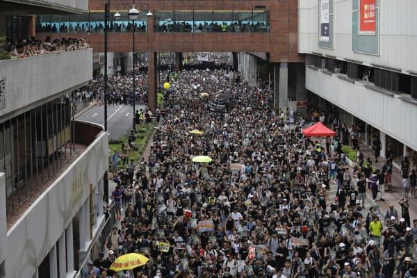 「逃亡犯条例」改正案に反対するデモが続いている(14日、香港)=AP