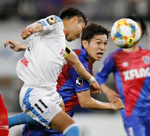 前半、ゴール前に飛び込む川崎・小林(左)とFC東京・森重(14日、味スタ)=共同
