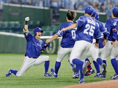 大阪ガスにサヨナラ勝ちし、喜ぶ中沢のもとに駆け寄るJFE東日本ナイン(14日、東京ドーム)=共同