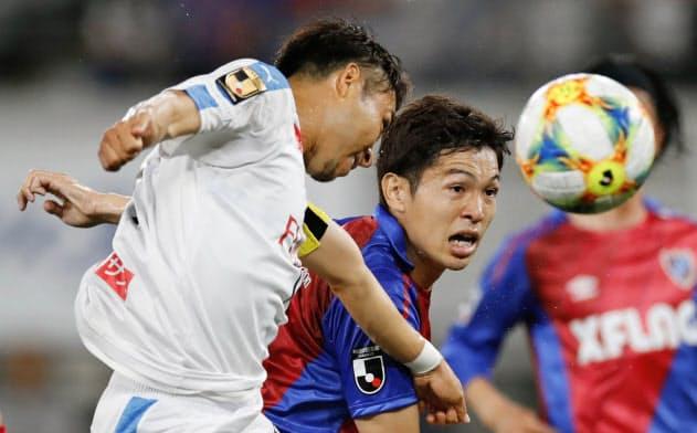 前半、ゴール前に飛び込む川崎・小林(左)とFC東京・森重=共同