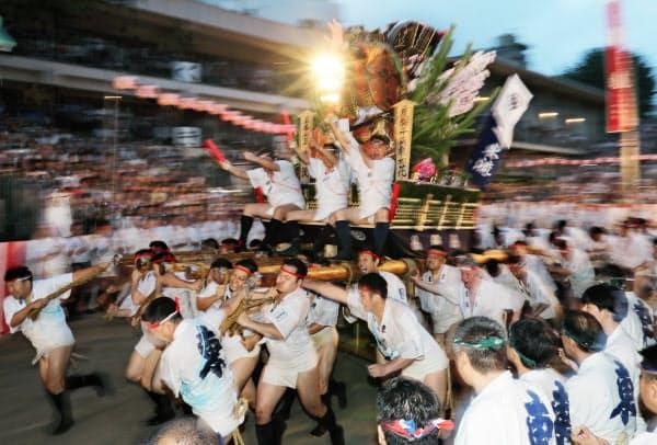 「追い山」で櫛田神社を駆け抜ける五番山笠の東流(15日午前、福岡市博多区)