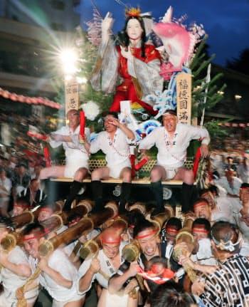 「追い山」で櫛田神社を駆け抜ける二番山笠の恵比須流(15日午前、福岡市博多区)